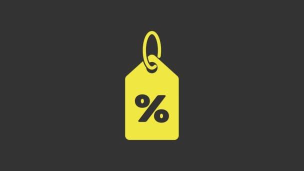 Sárga Kedvezményes százalékos címke ikon elszigetelt szürke háttér. Bevásárlócédula. Különleges ajánlat jel. Kedvezményes kuponok szimbólum. 4K Videó mozgás grafikus animáció