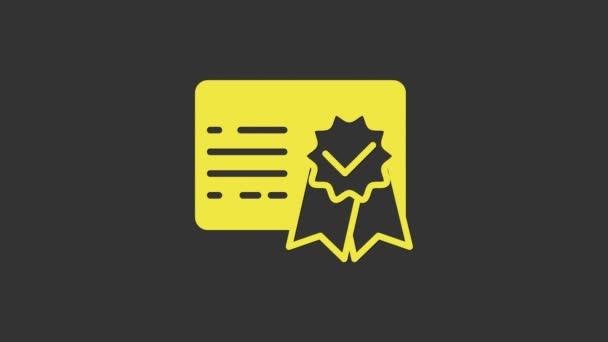 Ikona žlutého certifikátu izolovaná na šedém pozadí. Úspěch, vyznamenání, titul, grant, diplom. Certifikát obchodního úspěchu. Grafická animace pohybu videa 4K