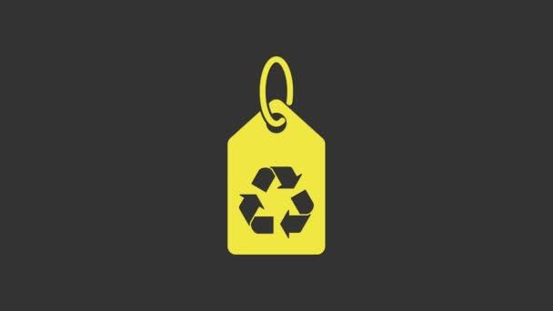 Sárga címke újrahasznosítás szimbólum ikon elszigetelt szürke háttér. Banner, címke, címke, logó, ökozöld matrica. 4K Videó mozgás grafikus animáció