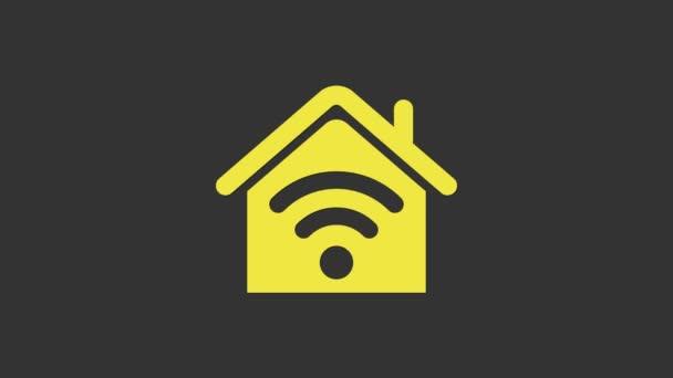Žlutý Smart dům s wi-fi ikonou izolované na šedém pozadí. Dálkové ovládání. Grafická animace pohybu videa 4K