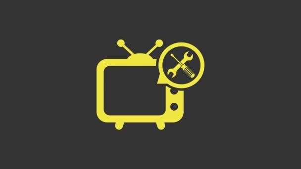 Sárga TV csavarhúzóval és csavarkulcs ikon elszigetelt szürke háttérrel. Beállítás, szerviz, beállítás, karbantartás, javítás, javítás. 4K Videó mozgás grafikus animáció