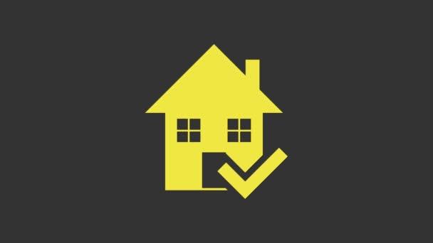 Žlutý dům se zaškrtnutou ikonou izolované na šedém pozadí. Realitní kancelář nebo chalupa město elitní třídy. Grafická animace pohybu videa 4K