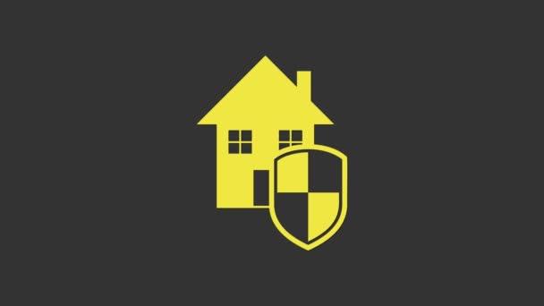 Žlutý dům pod ochranou ikony izolované na šedém pozadí. Domov a štít. Ochrana, bezpečnost, ochrana, obrana, obrana. Grafická animace pohybu videa 4K