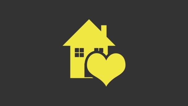 Žlutý dům s ikonou ve tvaru srdce izolované na šedém pozadí. Symbol domova lásky. Rodina, nemovitosti a nemovitosti. Grafická animace pohybu videa 4K