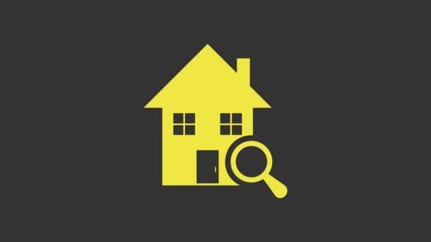 Gelbe Suche Haussymbol isoliert auf grauem Hintergrund. Immobilien-Symbol eines Hauses unter der Lupe. 4K Video Motion Grafik Animation