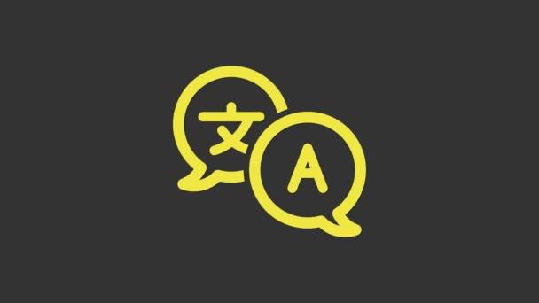 Žlutá ikona překladače izolované na šedém pozadí. Ikony konverzace cizího jazyka v bublině konverzace. Koncept překladu. Grafická animace pohybu videa 4K