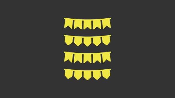 Sárga karnevál koszorú zászlók ikon elszigetelt szürke háttér. Parti zászlók születésnapi ünnepségre, fesztiválra és tisztességes dekorációra. 4K Videó mozgás grafikus animáció