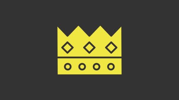 Sárga Király korona ikon elszigetelt szürke háttér. 4K Videó mozgás grafikus animáció