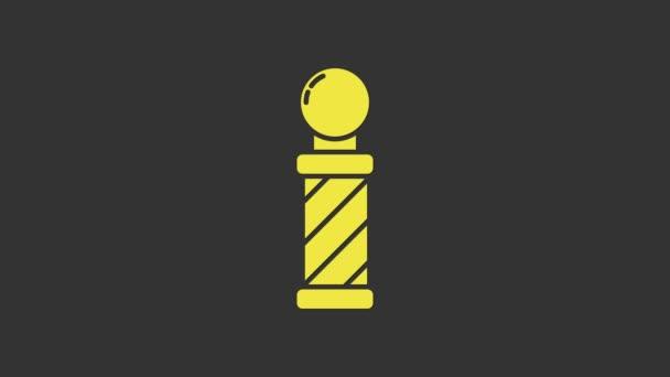 Sárga Klasszikus Barber shop pole ikon elszigetelt szürke háttér. Borbélybolt rúd szimbólum. 4K Videó mozgás grafikus animáció