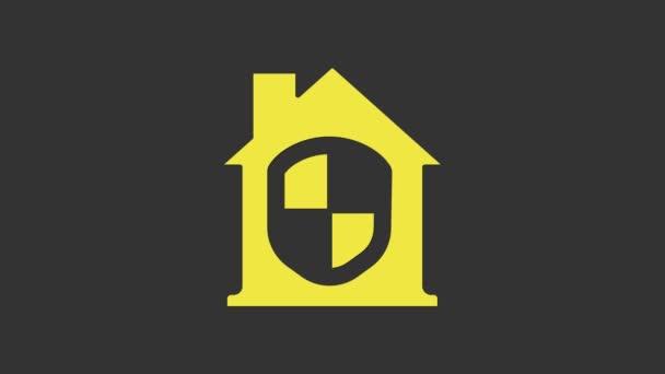 Gelbes Haus unter Schutz Symbol isoliert auf grauem Hintergrund. Heimat und Schild. Schutz, Sicherheit, Sicherheit, Schutz, Verteidigungskonzept. 4K Video Motion Grafik Animation