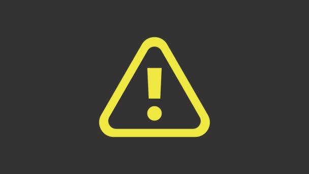 Žlutá vykřičník v trojúhelníku ikona izolované na šedém pozadí. Varovné znamení nebezpečí, opatrné, pozorné, varovné znamení. Grafická animace pohybu videa 4K