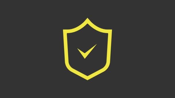 Sárga pajzs jelölés ikon elszigetelt szürke háttér. Biztonság, biztonság, védelem, adatvédelem. Jelzés jóváhagyva. 4K Videó mozgás grafikus animáció