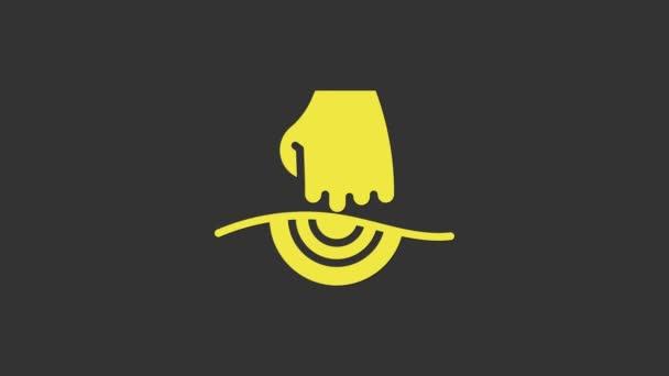 Ikona žluté masáže izolovaná na šedém pozadí. Odpočinek, odpočinek. Grafická animace pohybu videa 4K