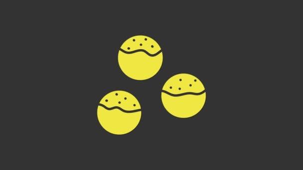Sárga Takoyaki ikon elszigetelt szürke háttér. Japán utcai kaja. 4K Videó mozgás grafikus animáció