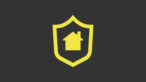 Sárga ház pajzs ikon elszigetelt szürke háttér. Biztosítási koncepció. Biztonság, biztonság, védelem, védelem. 4K Videó mozgás grafikus animáció