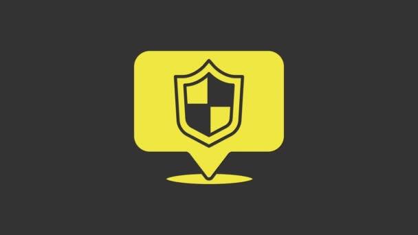 Sárga Helyszín pajzs ikon elszigetelt szürke háttér. Biztosítási koncepció. Őrség jel. Biztonság, biztonság, védelem, adatvédelem. 4K Videó mozgás grafikus animáció