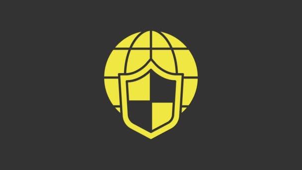 Sárga pajzs világgömb ikon elszigetelt szürke alapon. Biztosítási koncepció. Biztonság, biztonság, védelem, adatvédelem. 4K Videó mozgás grafikus animáció