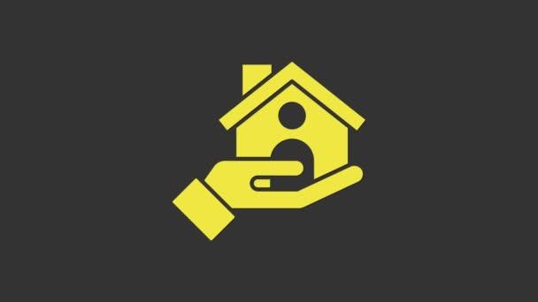 Žlutý dům pojištění ikona izolované na šedém pozadí. Zabezpečení, bezpečnost, ochrana, koncepce ochrany. Grafická animace pohybu videa 4K