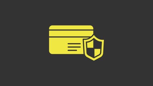 Sárga hitelkártya pajzs ikon elszigetelt szürke alapon. Online fizetés. Készpénzfelvétel. Pénzügyi műveletek. Bevásárlótábla. 4K Videó mozgás grafikus animáció