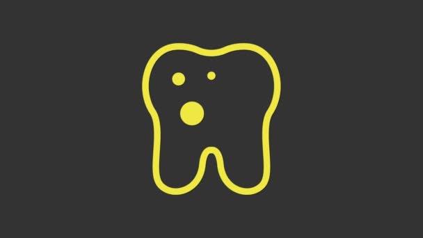 Gelber Zahn mit Kariessymbol isoliert auf grauem Hintergrund. Karies. 4K Video Motion Grafik Animation
