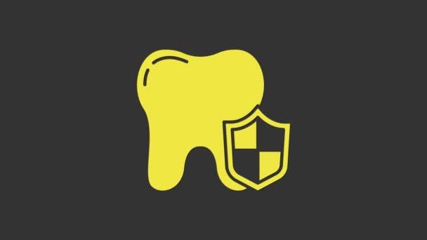 Gelbes Zahnschutzsymbol isoliert auf grauem Hintergrund. Zahn auf Schild-Logo. 4K Video Motion Grafik Animation