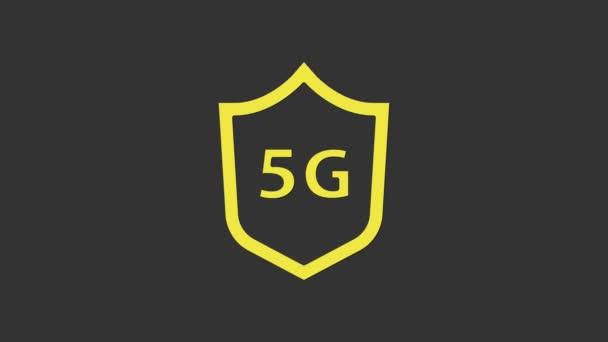 Sárga Védőpajzs 5G vezeték nélküli internet wifi ikon elszigetelt szürke háttér. Globális hálózat nagy sebességű kapcsolat adatátviteli technológia. 4K Videó mozgás grafikus animáció