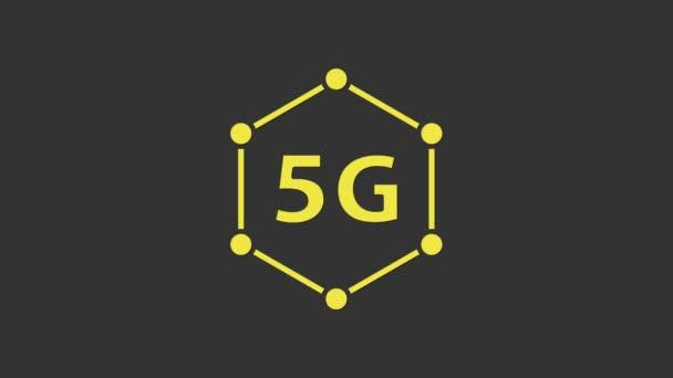 Sárga 5G új vezeték nélküli internet wifi kapcsolat ikon elszigetelt szürke háttér. Globális hálózat nagy sebességű kapcsolat adatátviteli technológia. 4K Videó mozgás grafikus animáció