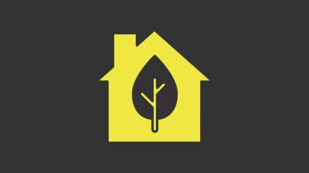 Žlutá Eco přátelský dům ikona izolované na šedém pozadí. Eko dům s listem. Grafická animace pohybu videa 4K
