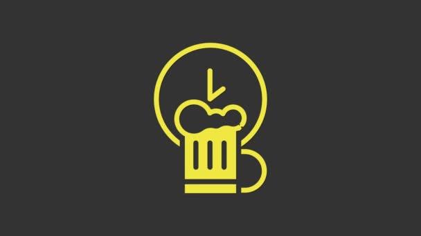 Žlutá Happy hour s dřevěnou ikonou pivního hrnku izolované na šedém pozadí. Grafická animace pohybu videa 4K