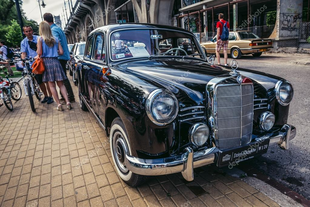 Old cars show – Stock Editorial Photo © fotokon #111576992