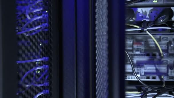 Rückseite von Servern im Rechenzentrum