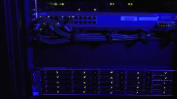 Blaue Beleuchtung auf Rack von Internet-Servern
