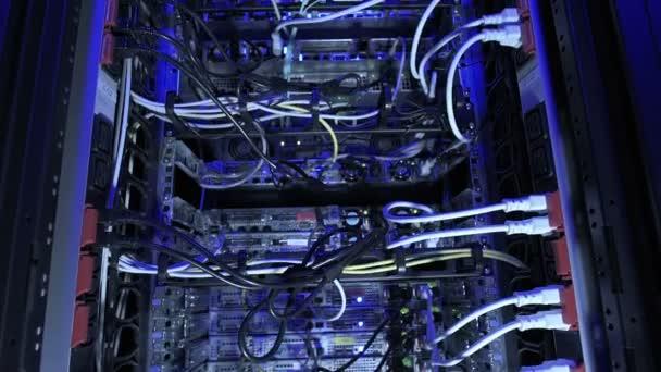 vertikale Dolly Shot Rechenzentrum blaues Licht