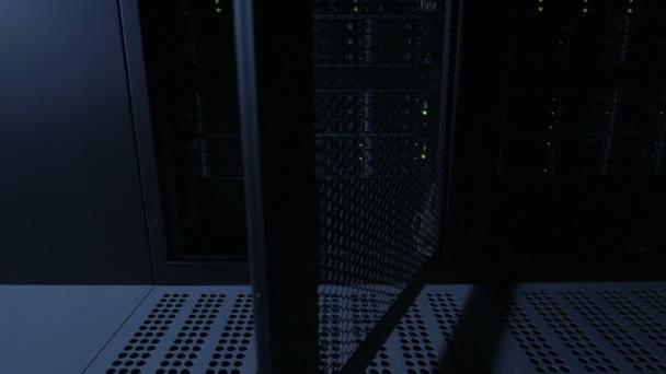 Serverech stojanů v datacenter