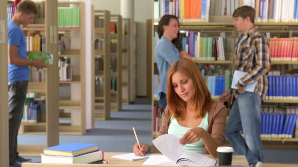 Usmíval se student čtení knih v knihovně školy