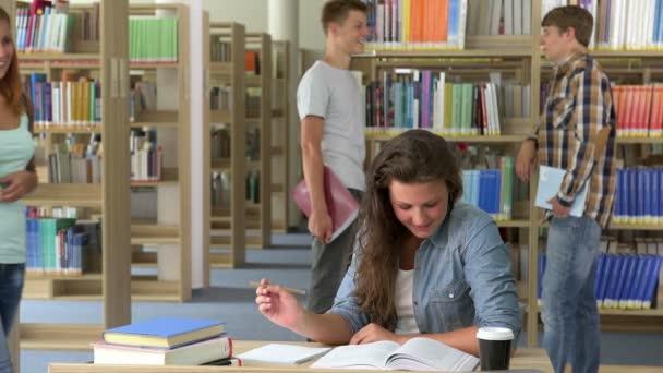 Dvě dívky škole studenti v knihovně
