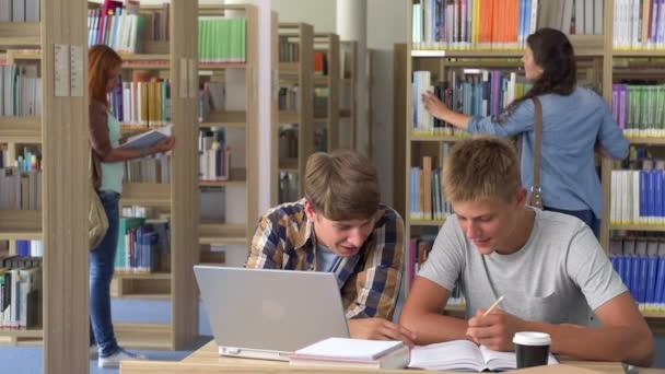 Spolužák studenti učí společně v knihovně