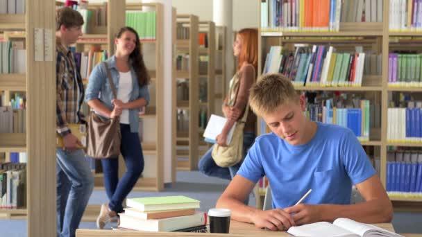 Diák fiú tanulás íróasztal, az egyetemi könyvtár