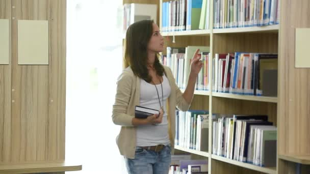 Mladý student najde knihu v knihovně