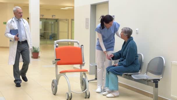 Sestra pomoc pacient dostává na vozíku