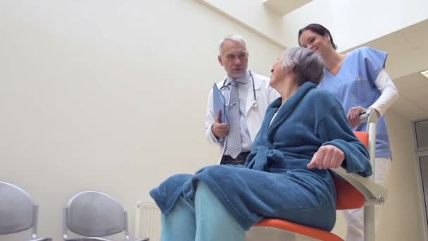 Sestra tlačí postaveného bezbariérový doktor mluví s pacientem