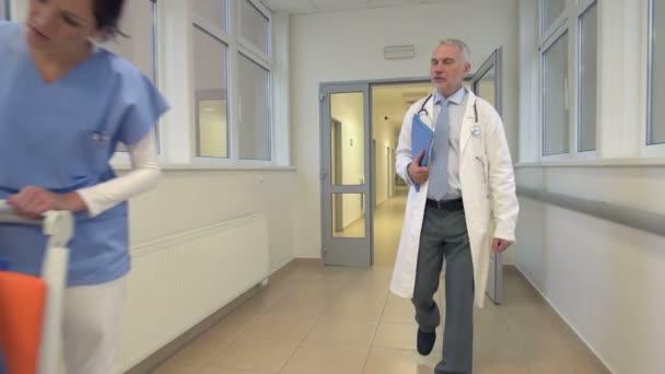 Doktor chodí a mluví o pacienta