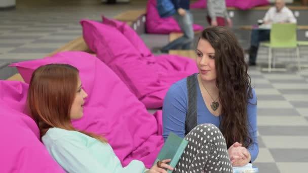 Chatování dívky pozdrav spolužáci na univerzitě