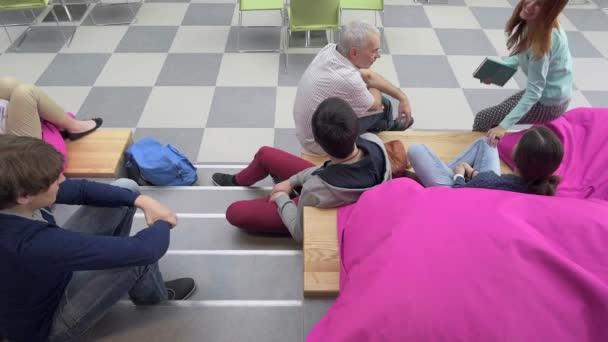 Diák és tanár középiskolában hall ül