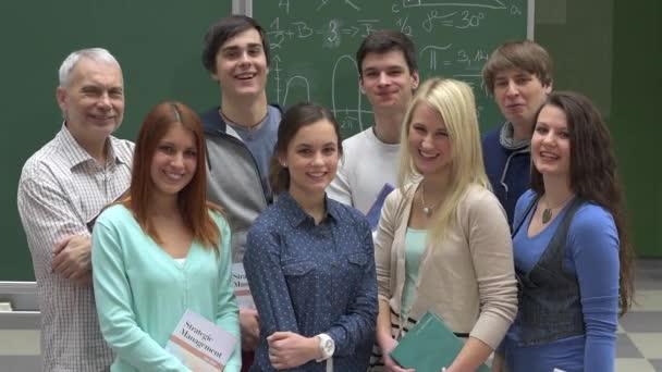 Skupina studentů vysoké školy s profesorem