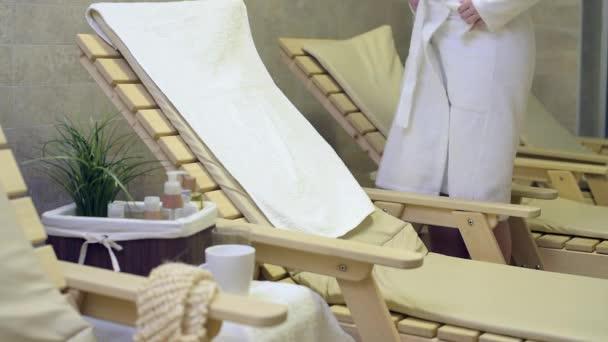 Žena vleže a relaxaci v lázeňském středisku