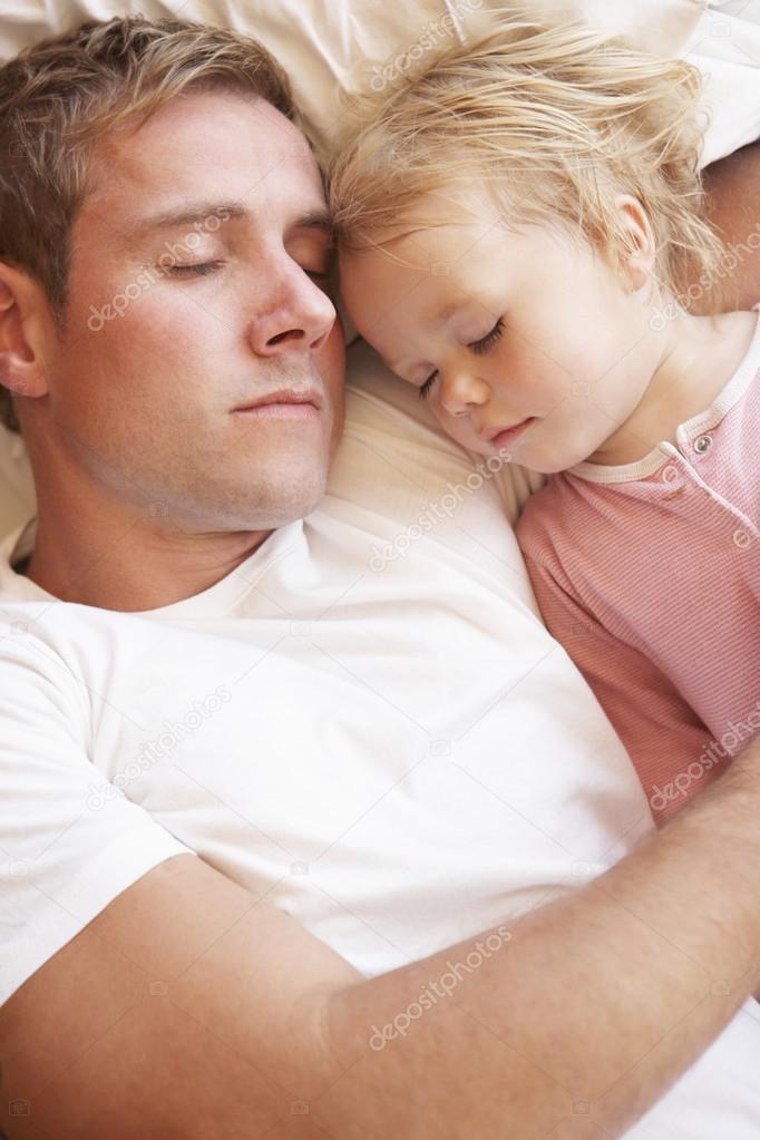 Дочка спит папа смотреть с