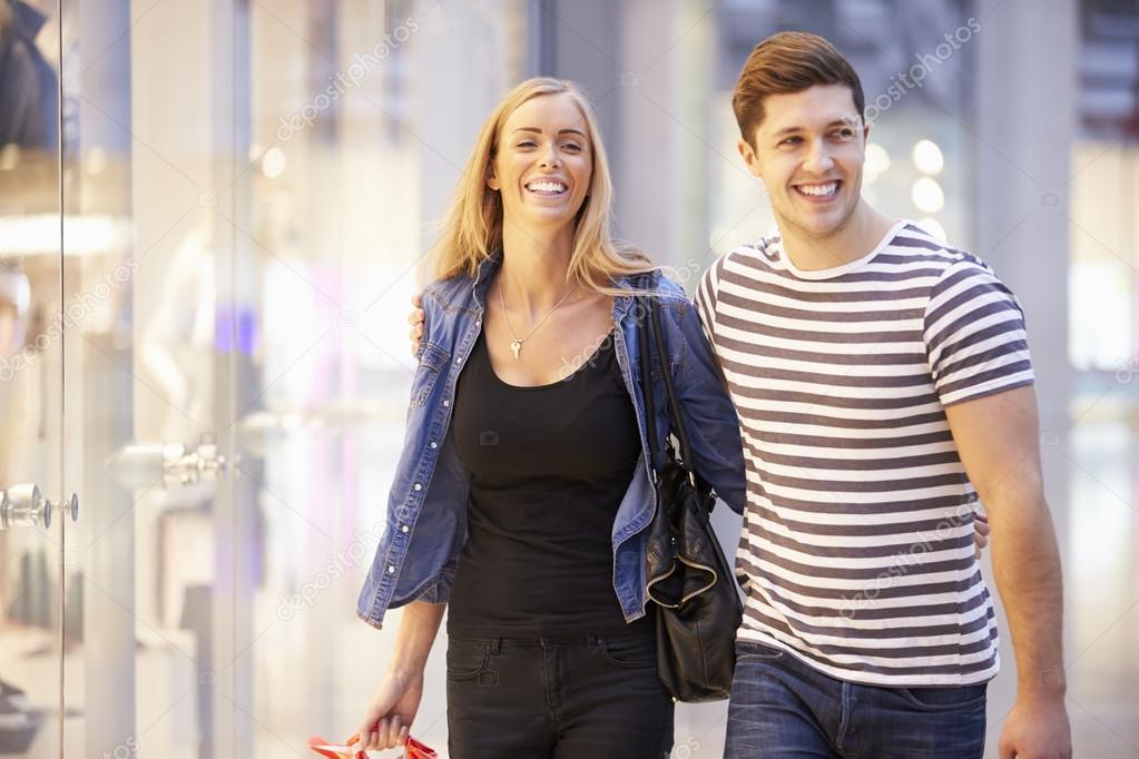 Flirten Im Einkaufszentrum — Flirten am Flughafen: 7 Tipps, um den Traumpartner zu treffen