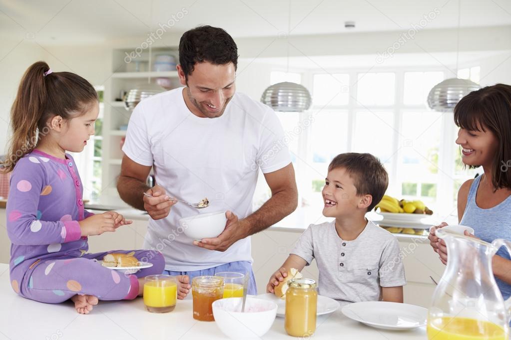 Imágenes: Familia Tomando Desayuno