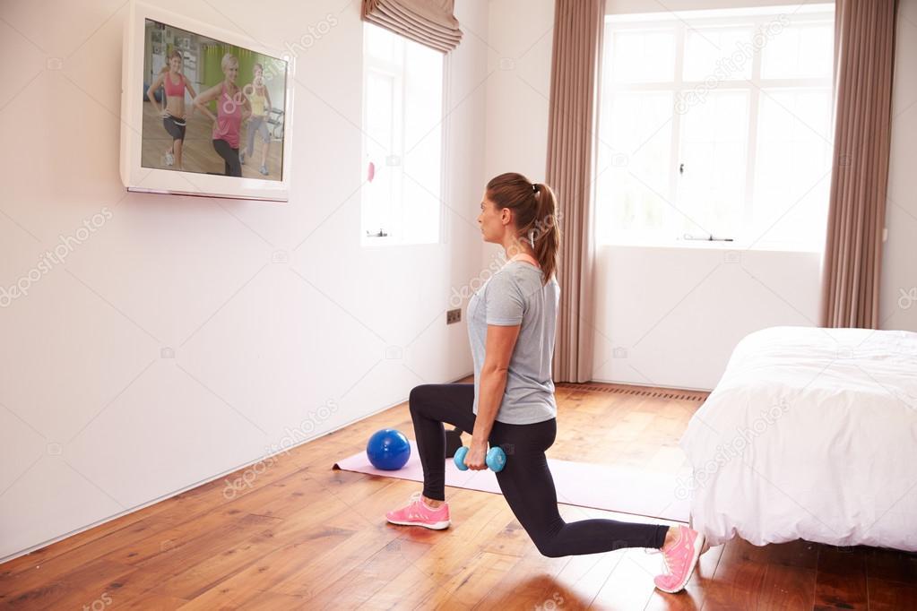 Vrouw die werkt aan Fitness Dvd op Tv — Stockfoto © monkeybusiness ...